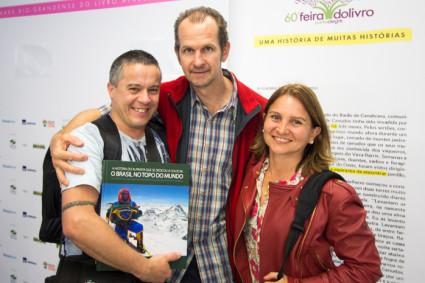 Niclevicz com Orlei Junior e Ana na Feira do Livro de Porto Alegre.