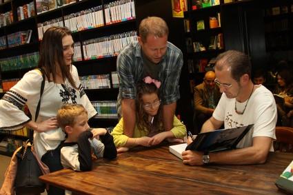 Sessão de autógrafos do livro O Brasil no Topo do Mundo
