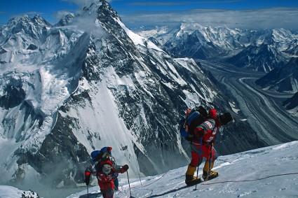 Superando a barreira dos 7.500m de altitude no K2, Paquistão. Foto de Waldemar Niclevicz.