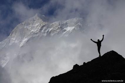 """Foto que fiz durante a escalada do Makalu (8.463m), a silhueta é do meu amigo Mauricio Clauzet """"Tonto"""", que demonstra o confronto do homem com a montanha, com coragem, humildade e respeito!"""
